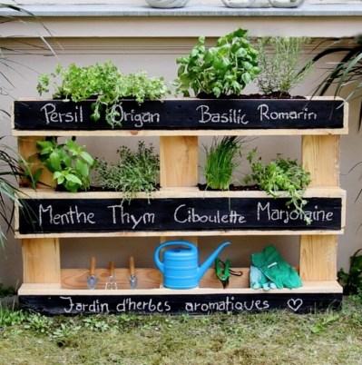 Transformer simplement une palette en jardinière !