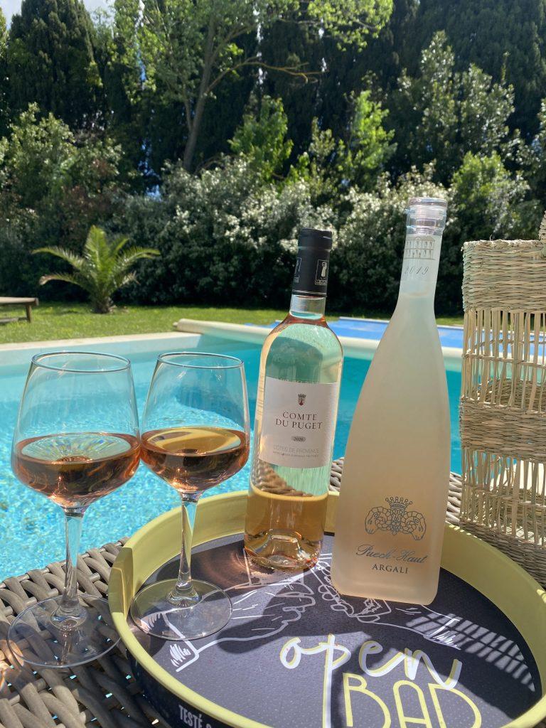 bouteilles de rosé puech haut et comte du puget avec deux verres de rosés