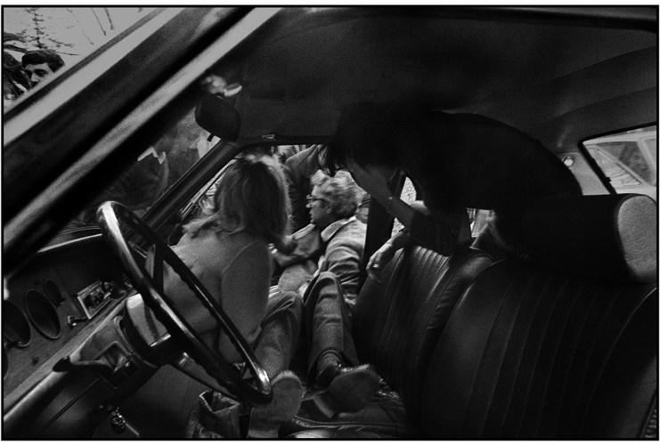 1980-Piersanti-Mattarella-viene-estratto-dallauto-morente-dal-fratello-futuro-presidente-della-Repubblica-©-Letizia-Battaglia.jpg?fit=741%2C500&ssl=1