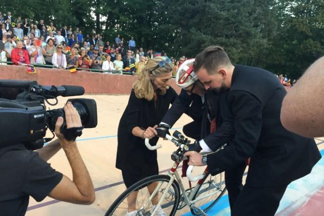 Descente de vélo périlleuse. Jan Fabre, épuisé, a besoin d'être soutenu par son épouse et son assistant