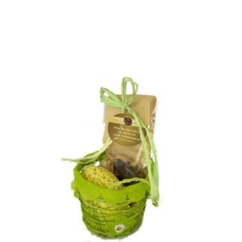 Panier de Pâques printanier orné de fleurs contenant un oeuf en carton décor fleuri garni de petits oeufs pralinés et un sachet de fritures.