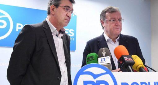El presidente de la Diputación de León Juan Martínez Majo (I), acompañado del alcalde de la capital, Antonio Silván(C) comparecen en rueda de prensa. / Ical