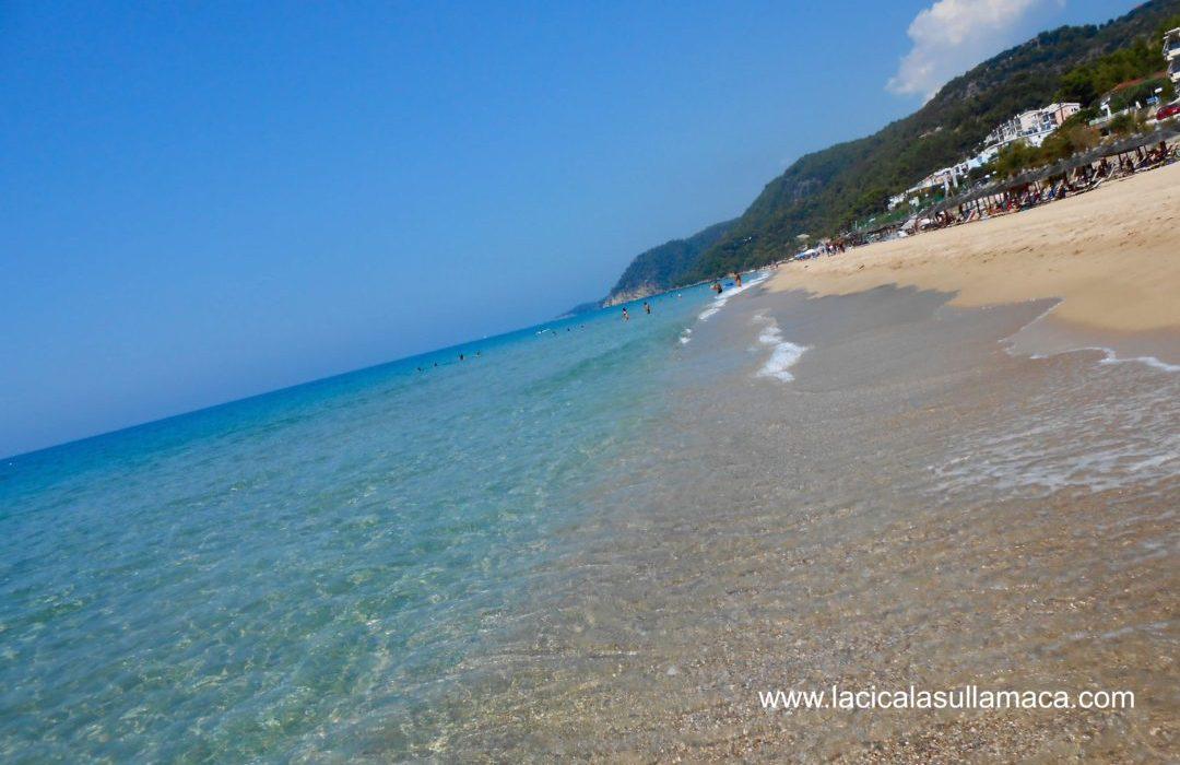 Il mare azzurro dell'Epiro: la bellezza di Loutsa Beach.