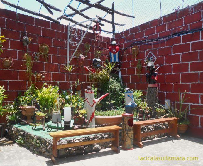 angolo per il relax con piante e sculture nel callegon da hamel a L'Avana