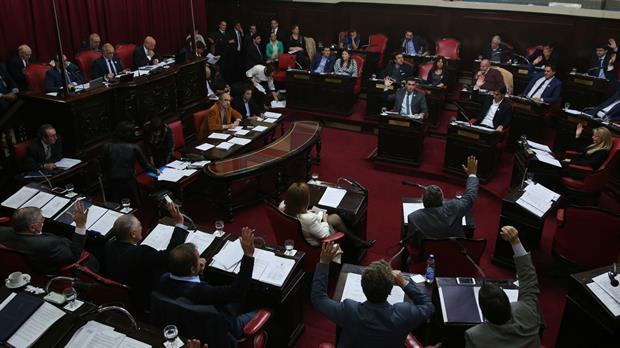 Por ley, los intendentes y concejales no podrán ser reelegidos indefinidamente
