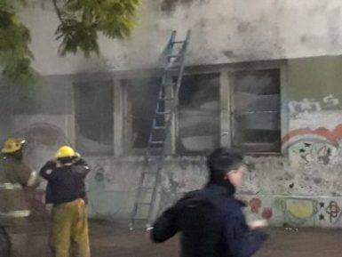 Incendio en el edificio de la escuela N° 1 y secundaria N°13 en pleno centro de Ituzaingó 7