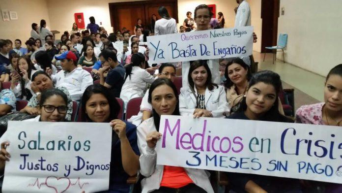 Paro y movilización: 700 médicos nacionales no cobran hace 4 meses