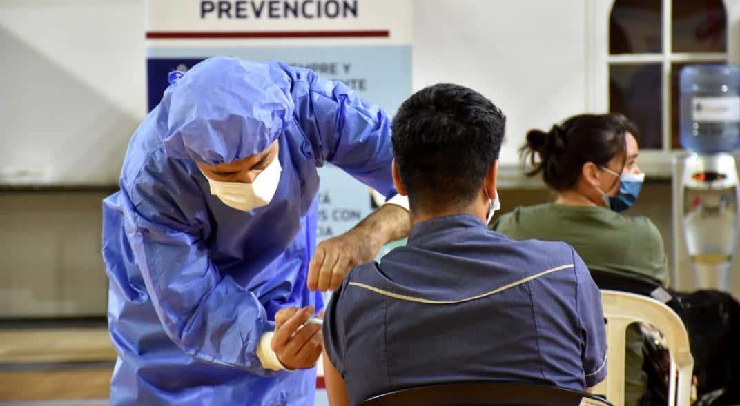 El Ministerio de Salud reportó que de los 32.000 vacunados solo el 1% tuvo fiebre o cefaleas