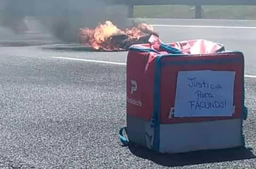 Mientras los repartidores cortaban la autopista, le robaron otra moto a un delivery de la pizzería Fax