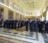 """Il Saluto del Collegio Degli Dei Scrittori E Collaboratori De """"La Civiltà Cattolica"""" all'ingresso Di Papa Francesco"""