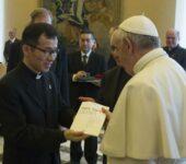 """Papa Francesco Riceve En Dono Una Copia Della Nuova Edizione En Lingua Coreana De """"La Civiltà Cattolica"""""""