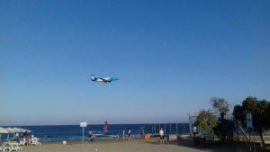 Prelety lietadiel blízko McKanzie Beach