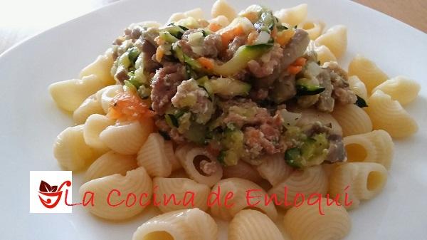 Pasta con verduras y salsa de yogur