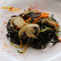 Espaguetis al nero di sepia con espaguetis vegetales y champiñones