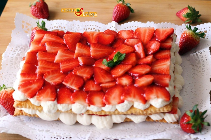 Tarta de fresas con nata en hojaldre