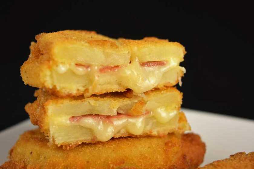 Sandwich de patata con jamón y queso