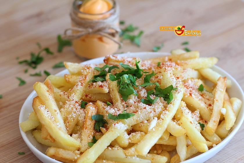 Patatas fritas con queso y pimentón con salsa de queso
