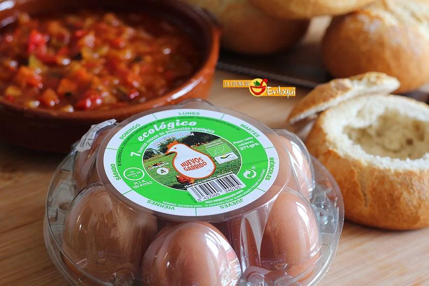Pisto con huevo en pan rústico