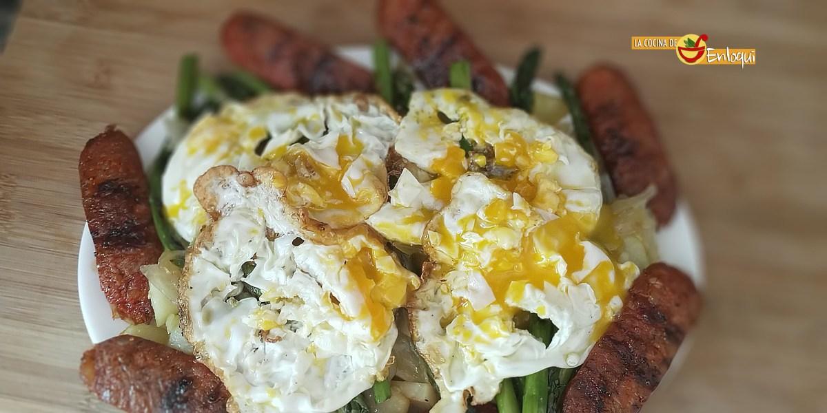 Huevos rotos con espárragos y chistorra