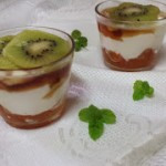 Vasitos de yogurt griego y kiwi