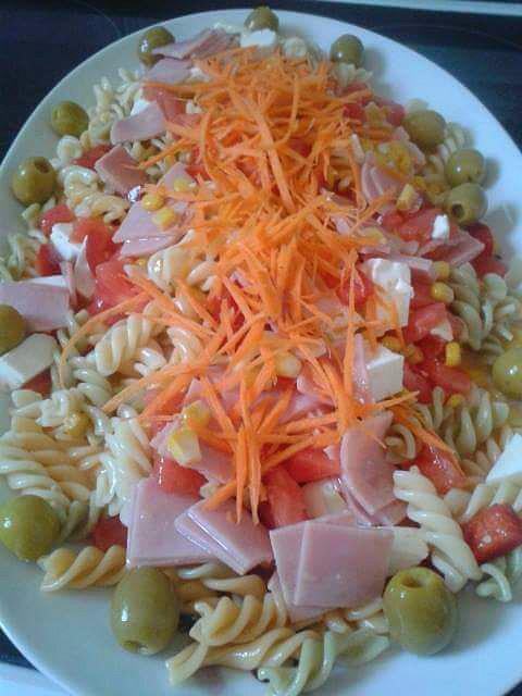 ensalada de pasta espirales con salsa a base de mayonesa