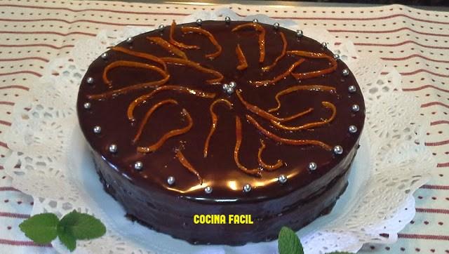 Bizcocho de naranja cubierto de chocolate