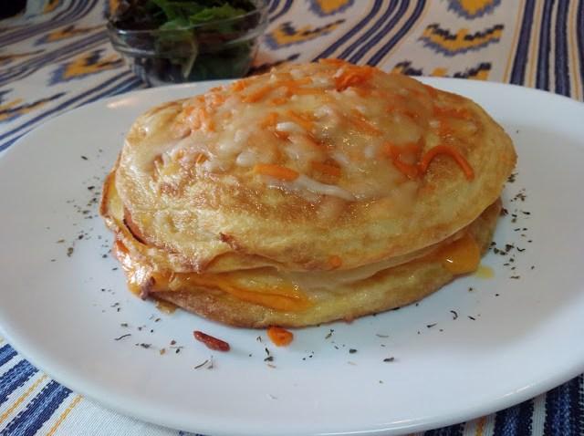 Pastel de tortillas con jamón y queso y salsa de pimientos del piquillo