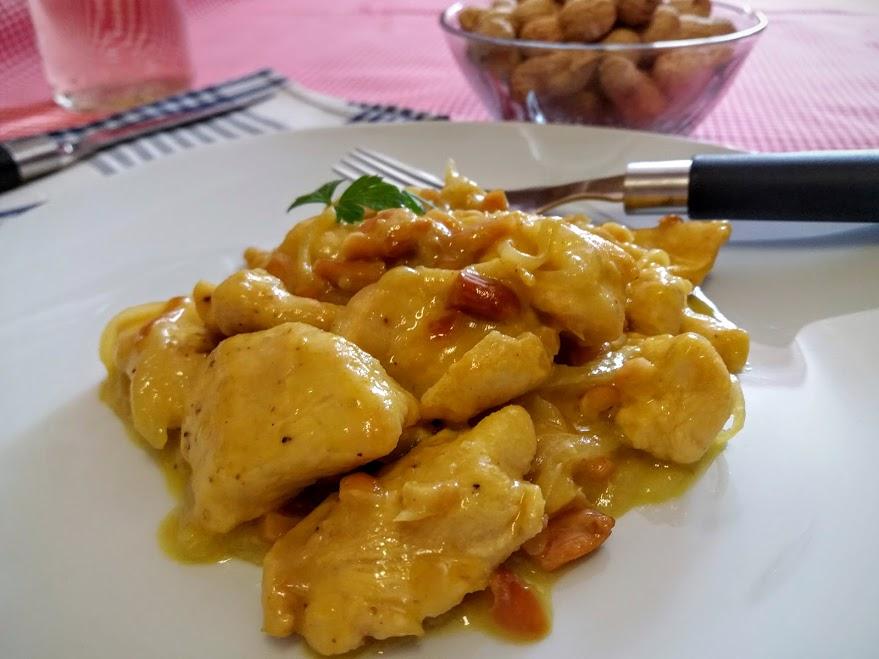 pavo al curry con cacahuetes