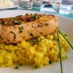 Salmón marinado con risotto al azafrán