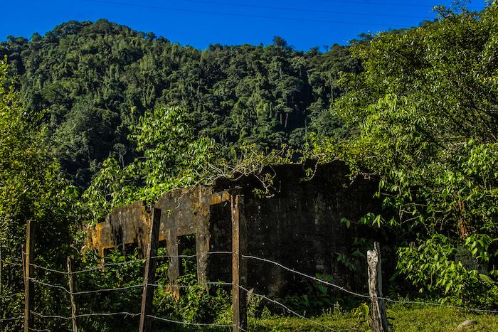 Una casa abandonada en las afueras del corregimiento. Se cree que la mitad de la población huyó desplazada hacia Pereira y otros municipios del Eje Cafetero.