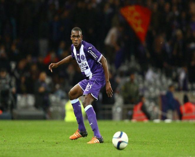 Diop sigue el balón