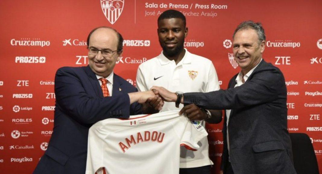El presidente del Sevilla FC José Castro, junto a Amadou y Caparrós en la presentación del jugador | Imagen: Sevilla FC