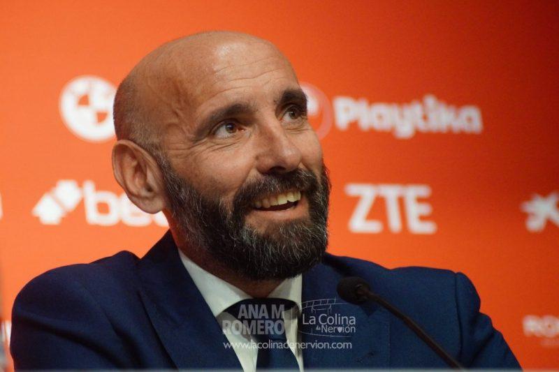 Monchi atiende a los medios de comunicación en su presentación como director deportivo