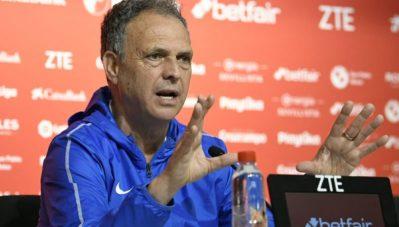 Caparrós deja el banquillo pero no el Sevilla