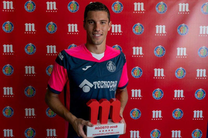 David Soria, con el premio al jugador del mes de Agosto   Imagen: Getafe CF