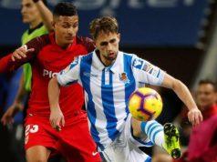Januzaj disputa un balón ante Arana en un partido contra el Sevilla FC