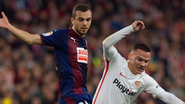 Joan Jordán, en pugna con Roque Mesa en un partido entre Eibar y Sevilla   Imagen: Agencias