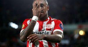 Bergwijn, en la órbita del Sevilla, celebrando un gol con el PSV.