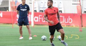 Gudelj, entrenando bajo la atenta mirada de su nuevo técnico, Julen Lopetegui | Imagen: Sevilla FC