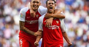 Reguilón, junto a Ocampos, celebrando el primer gol del Sevilla en el triunfo frente al Espanyol   Imagen: LaLiga