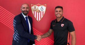Álex Robles, junto a Monchi | Imagen: Sevilla FC