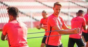 Luuk de Jong, con Ocampos de fondo, fueron novedad en el entrenamiento | Imagen: Sevilla FC