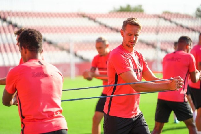 Luuk de Jong, con Ocampos de fondo, fueron novedad en el entrenamiento   Imagen: Sevilla FC