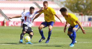 Un balón disputado durante el Sevilla Atlético-Cádiz B. Fuente: La Colina de Nervión | Ismael Molina