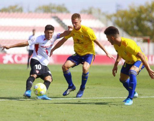 Un balón disputado durante el Sevilla Atlético-Cádiz B. Fuente: La Colina de Nervión   Ismael Molina