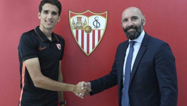 Juanpe, con Monchi, escenificando la renovación | Imagen: Sevilla FC
