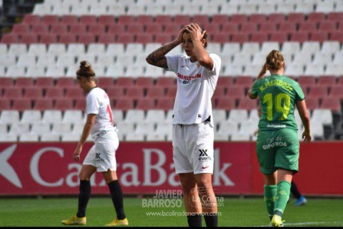 Flores, jugadora del Sevilla Femenino, en un lance del partido ante la Real Sociedad|Imagen: Javi Barroso - La Colina de Nervión
