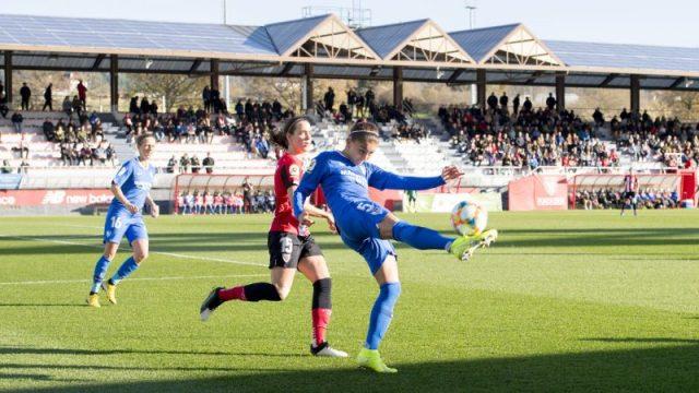 Isabella Echeverría, peleando un balón ante el Athletic Club |Imagen: Sevilla FC