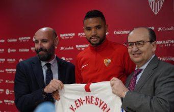 En-Nesyri, durante la presentación con el Sevilla, junto a Monchi y Castro | Imagen: Sevilla FC
