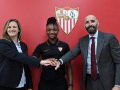 Uchenna Kanu, nueva jugadora del Sevilla Femenino, posando junto a Monchi y Amparo | Imagen: Sevilla FC